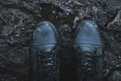 Czerń buty w błocie na widok fotografia stock