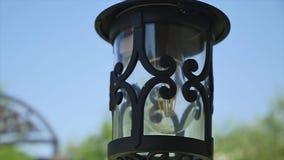 Czerń forged lampion na niebieskiego nieba tle z bliska zdjęcie wideo