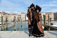 Czerń i czerwień costumed para Zdjęcia Royalty Free