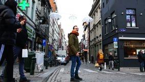 Czerń i skinned europejczycy chodzimy wzdłuż ulicy z białymi parasolami zbiory