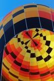 Czerń, kolor żółty, pomarańczowy gorące powietrze balon Zdjęcie Stock