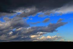 Czerń i burzowe chmury Obrazy Stock