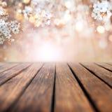 Czereśniowi okwitnięcia w wiośnie z drewnianym stołem obrazy stock