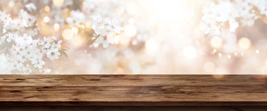 Czereśniowi okwitnięcia w wiośnie z drewnianym stołem Fotografia Stock