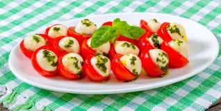 Czereśniowi pomidory i dziecko serowa caprese sałatka dalej, clos Fotografia Stock