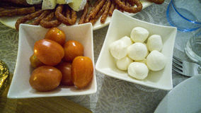 Czereśniowi pomidory i mozarella piłka zdjęcia stock