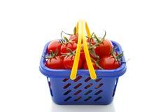 Czereśniowi pomidory w wózek na zakupy, odizolowywającym na bielu Fotografia Stock