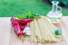 czereśniowi tło składniki odizolowywali makaronu spaghetti pomidorowego biel pomidor, czosnek, pieprz i olej, Zdjęcia Stock