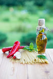 czereśniowi tło składniki odizolowywali makaronu spaghetti pomidorowego biel pomidor, czosnek, pieprz i olej na drewnianym bac, Fotografia Stock