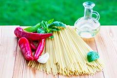 czereśniowi tło składniki odizolowywali makaronu spaghetti pomidorowego biel pomidor, czosnek, pieprz i olej na drewnianym bac, Zdjęcia Stock