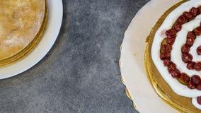 Czereśniowy kulebiak i śmietanka, kulinarny proces, odgórny widok obraz royalty free