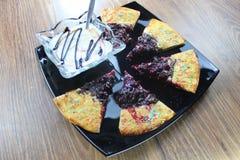 Czereśniowy kulebiak robić z tortillas podążać z czekoladowym i kolorowym kropi na wierzchołku z waniliowym kumberlandem na czarn fotografia royalty free