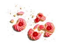 Czereśniowy migdałowy amaretti ciastko rozdrobni na bielu Zdjęcia Royalty Free