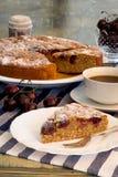 Czereśniowy migdału tort Z Świeżymi wiśniami I kawą zdjęcie stock