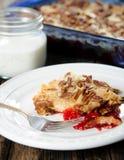 Czereśniowy Pecan usypu tort Słuzyć Zdjęcie Stock
