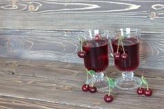 Czereśniowy sok i wiśnia na drewnianym tle, Zdjęcia Royalty Free