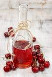 Czereśniowy sok w butelce zdjęcia stock