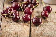 Czereśniowych koszykowych świeżych cherries/słodkie wiśnie zdjęcia stock