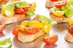 Czereśniowych pomidorów i śnieżnych grochów crostini Obrazy Royalty Free
