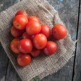 Czereśniowi pomidory na drewnianym stole Zdjęcie Royalty Free
