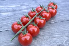 Czereśniowi pomidory na drewnianym tle Obrazy Royalty Free