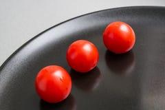 Czereśniowi pomidory na talerzu Obraz Stock