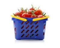 Czereśniowi pomidory w wózek na zakupy na bielu Zdjęcie Royalty Free