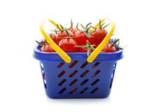 Czereśniowi pomidory w wózek na zakupy na bielu Obrazy Stock