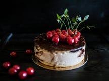Czereśniowy czekoladowy urodzinowy tort Obrazy Royalty Free