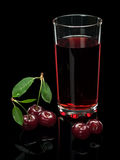 Czereśniowy sok i jagody na czarnym tle. Obrazy Royalty Free