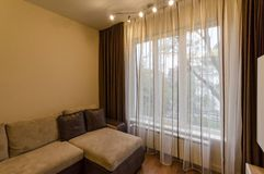 Czerep żywy pokój w świeżym odnawiącym mieszkaniu z nowożytnym DOWODZONYM oświetleniem Zdjęcie Royalty Free