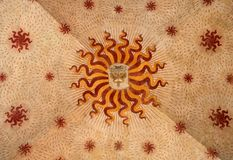 Czerep antyk malował sufit z kaduceuszem i słoneczni symbole w Sforza Roszują zdjęcie stock