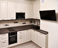 Czerep beżowa kuchnia i tv na ścianie obraz royalty free