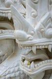 Czerep biały ceramiczny naga wi się statuę na schodku świątynia Fotografia Stock