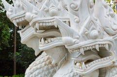 Czerep biały ceramiczny naga wi się statuę na schodku świątynia Zdjęcia Stock