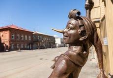 Czerep brązowi pomnikowi baśniowi charaktery - Buratino nea Zdjęcia Royalty Free