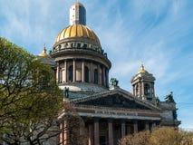 Czerep budynek St Isaac katedra z portykiem, złota kopuła przeciw niebieskiemu niebu w St Petersburg obraz royalty free