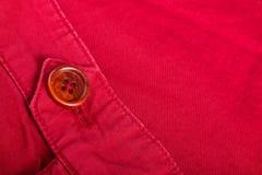 Czerep czerwony guzik na bawełnianym diagonalu materiale z bliska kosmos kopii Zdjęcie Royalty Free