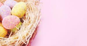 Czerep dekorujący jajka w gniazdeczku zdjęcia stock
