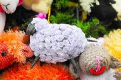 Czerep dekorujący z zabawkami choinka Fotografia Royalty Free