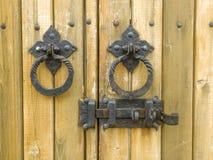 Czerep drewniani drzwi z ośniedziałą bramą i kędziorkiem Fotografia Royalty Free