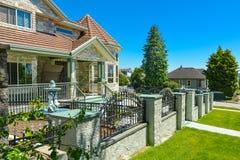 Czerep ekskluzywnego zwyczaj - budujący luksusu dom z rotundą w sąsiedztwie zdjęcia royalty free