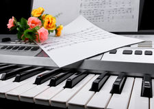 Czerep elektroniczna syntetyk klawiatura z kwiatami i muzyką zauważa prześcieradła Fotografia Royalty Free
