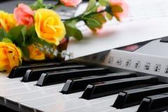 Czerep elektroniczna syntetyk klawiatura z kwiatami i muzyką zauważa prześcieradła Zdjęcie Royalty Free