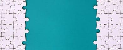 Czerep fałdowa biała wyrzynarki łamigłówka na tle błękitna klingeryt powierzchnia Tekstury fotografia z kopii przestrzenią dla te zdjęcia stock