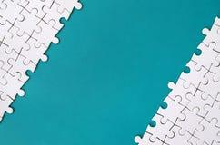 Czerep fałdowa biała wyrzynarki łamigłówka na tle błękitna klingeryt powierzchnia Tekstury fotografia z kopii przestrzenią dla te obraz royalty free
