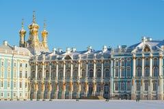 Czerep fasada Catherine pałac z kopułami Rezurekcyjny kościół na pogodnym Luty dniu Tsarskoye Selo, Fotografia Stock