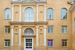 Czerep fasada elegancki budynek z be?owymi ?cianami, frontowy widok zdjęcie royalty free
