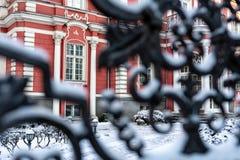 Czerep fasada historyczny budynek przez śnieżystych podwórze bram od metalu fotografia royalty free