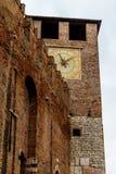 Czerep forteca z zegarem w Verona Włochy 07 05,2017 Zdjęcie Royalty Free